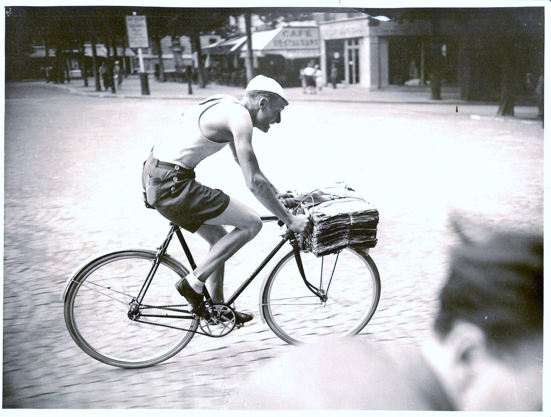 Roger Mace. Course des porteurs. Arrivee au Trocadero, Paris 1942.