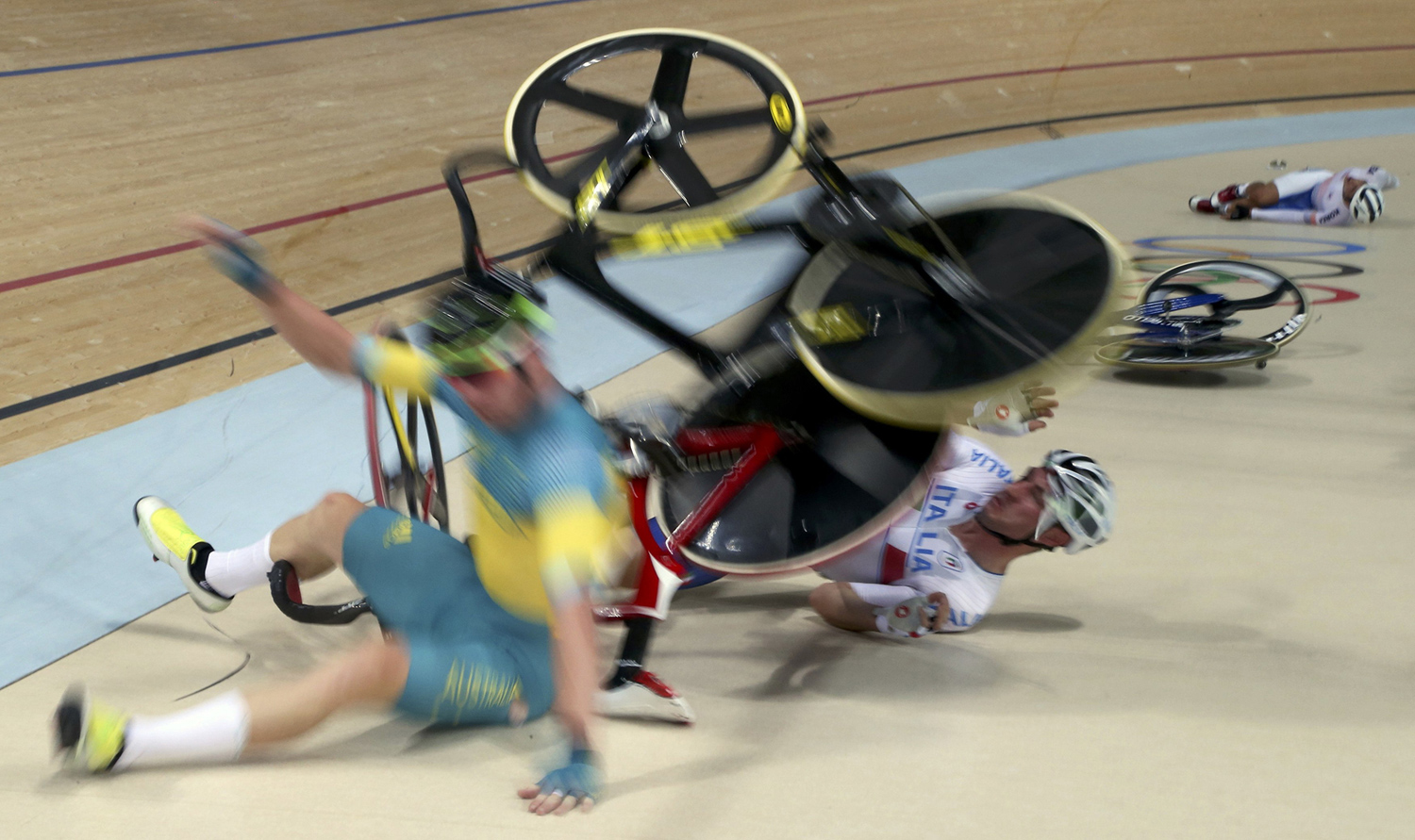 2016 Rio Olympics - Cycling Track - Final - Men's Omnium 40km Points Race - Rio Olympic Velodrome - Rio de Janeiro, Brazil - 15/08/2016. Glenn O'Shea (AUS) of Australia, Elia Viviani (ITA) of Italy and Park Sang-hoon (KOR) of South Korea crash. REUTERS/Eric Gaillard FOR EDITORIAL USE ONLY. NOT FOR SALE FOR  MARKETING OR ADVERTISING CAMPAIGNS. - RTX2L244